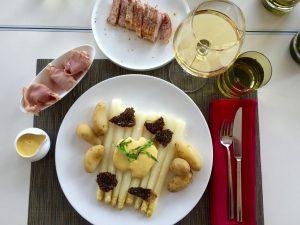 Спаржа з молодою картоплею, голландським соусом, сморчками та шинкою парма